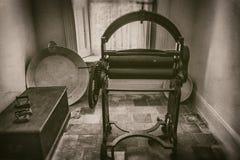 Weinlesemangel und -stärke in der Waschküche in der Villa im 19. Jahrhundert, Sepiaartphotographie stockfotografie