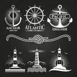 Weinlesemarineseelogos und -embleme mit Leuchttürmen verankert Seil lizenzfreie abbildung