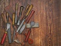Weinlesemeißel- und -steincollage über alter Holzbank Lizenzfreie Stockfotos