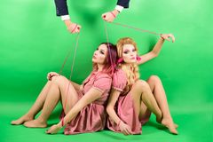 Weinlesemodefrauen Marionette und Mann Feiertage und Puppen Herrschaft und Abhängigkeit Kreative Idee Porträt von zwei Frauen und lizenzfreie stockbilder