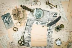 Weinlesemodezeitschrift, alte Buchstaben und Postkarten Lizenzfreie Stockbilder