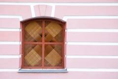 Weinlesemosaikfenster auf rosa weißem Wandhintergrund Stockfotografie