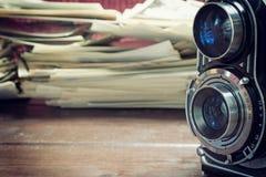 Weinlesenahaufnahmefoto der alten Kamera auf dem Holztisch Stockfotografie