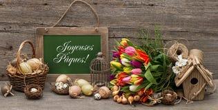 Weinleseostern-Dekoration mit Eiern und Tulpe blüht Stockfotografie