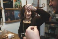 Weinlesepaare, die Kaffee mit Vakuumkaffeemaschine zubereiten Kaffee lizenzfreies stockfoto