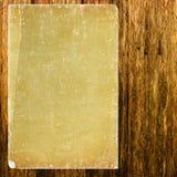 Weinlesepapier auf Bauholzwand Lizenzfreie Stockbilder