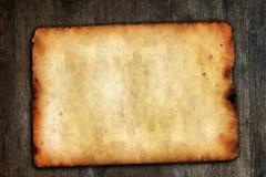 Weinlesepapier auf brauner Holzoberfläche Stockbild