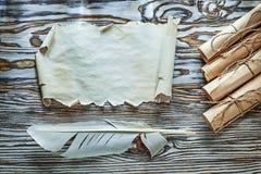 Weinlesepapier rollt Leerbelegfeder auf hölzernem Brett Stockfotos