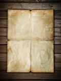 Weinlesepapierblatt am Holz Stockbilder