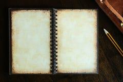 Weinlesepapierbuch mit Raum und Bleistift auf hölzernem Hintergrund Lizenzfreie Stockfotos