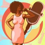 Weinleseplakat mit Retro- Frauensänger Rotes Kleid auf Frau Retro- Mikrofon Jazz, Seele und Blaulive-musik beraten sich üb Plakat Stockbild