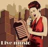 Weinleseplakat mit Stadtbild, Retro- Frauensänger und Mond Rotes Kleid auf Frau Retro- Mikrofon Jazz, Seele und Blaulive-musik Stockbild