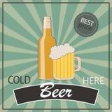 Weinleseplakatschablone für kaltes Bier Flasche und Glas Bier Lizenzfreie Stockfotografie