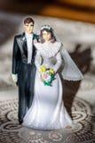 Weinleseplastikhochzeitstortedeckel der Braut und des Bräutigams Lizenzfreie Stockbilder