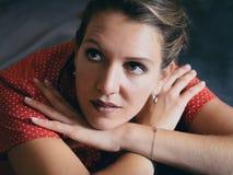 Weinleseporträt einer schönen jungen Frau in einem roten Kleid lizenzfreie stockfotos