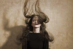 Weinleseporträtfrau mit dem erweiterten langen Haar Stockbild