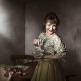 Weinleseportrait der jungen Frau mit Tulpen Lizenzfreie Stockbilder