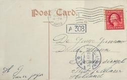 Weinlesepostkarte mit amerikanischer Briefmarke und Adresse in Rott Lizenzfreies Stockfoto