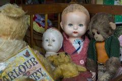 Weinlesepuppen, -Teddybären und -affe an der Flohmarkt Stockfoto