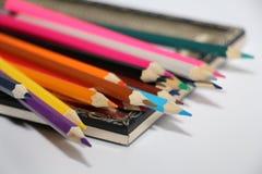 Weinleserahmen für Malereien und farbige Bleistifte auf einem weißen Hintergrund stockbild