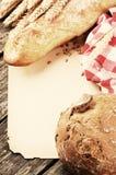 Weinleserahmen mit Brot und Stangenbrot Stockfotos