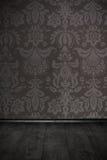 Weinleseraum mit Blumentapete und Bretterboden Stockbilder