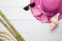 Weinlesereisestillleben auf altem Bretterzaun mit Seil, Starfish, Kompass, Zeichen und Flasche Lizenzfreie Stockbilder