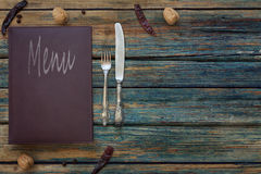 Weinleserestaurantmenü auf einem rustikalen hölzernen Hintergrund stockfotos
