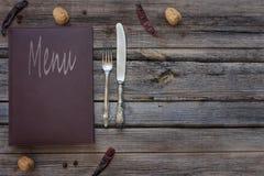 Weinleserestaurantmenü auf einem rustikalen hölzernen Hintergrund lizenzfreies stockbild