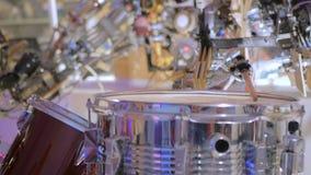 Weinleseroboter, der Trommeln spielt stock video footage
