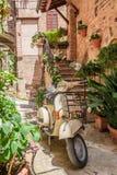 Weinleseroller auf dem schönen Portal in Italien Stockfotos