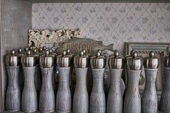 Weinlesesalz- und -pfefferschüttele-apparat mit reservierter Tabelle in einem Weinlesekabinett in einem alten Restaurant Lizenzfreie Stockbilder