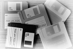 Weinlesesatz Disketten auf hölzernem Schreibtischhintergrund Lizenzfreies Stockfoto