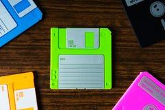 Weinlesesatz Disketten auf hölzernem Schreibtischhintergrund Stockbild