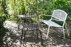 Weinlesesatz Tabelle und Stühle für draußen Lizenzfreies Stockfoto
