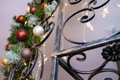 Weinleseschmiedeeisentreppenhaus mit dem verzierten Weihnachtsbaum im Innenraum lizenzfreie stockbilder