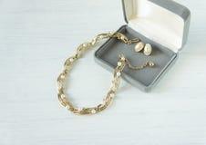 Weinleseschmuckhintergrund Schönes Gold und Perlenhalskette und -ohrringe in einer Geschenkbox auf weißem Holz Flache Lage stockfotografie