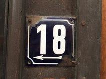 Weinleseschmutzquadrat-Metallrostige Platte der Zahl des Straße und Hausnummer mit Zahl Stockfotografie