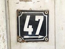 Weinleseschmutzquadrat-Metallrostige Platte der Zahl des Straße und Hausnummer mit Zahl Stockbilder