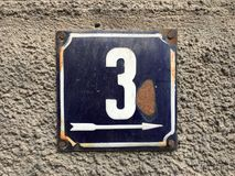 Weinleseschmutzquadrat-Metallrostige Platte der Zahl des Straße und Hausnummer mit Zahl Stockbild