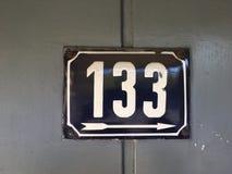 Weinleseschmutzquadrat-Metallrostige Platte der Zahl des Straße und Hausnummer mit Zahl Lizenzfreies Stockbild