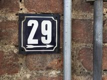 Weinleseschmutzquadrat-Metallrostige Platte der Zahl des Straße und Hausnummer mit Zahl Lizenzfreies Stockfoto