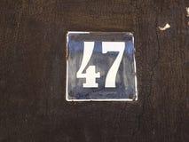 Weinleseschmutzquadrat-Metallrostige Platte der Zahl des Straße und Hausnummer mit Zahl Stockfoto