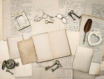Weinleseschreibenszubehör, alte Buchstaben und Rahmen Lizenzfreie Stockfotos
