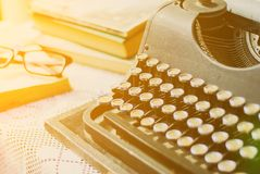 Weinleseschreibmaschine, alte Bücher auf Tabelle Lizenzfreies Stockfoto