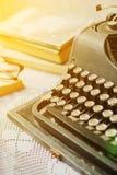 Weinleseschreibmaschine, alte Bücher auf Tabelle Stockfoto