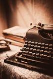 Weinleseschreibmaschine, alte Bücher auf Tabelle Stockfotografie