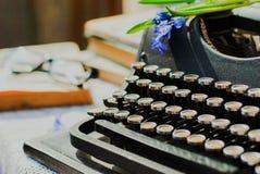 Weinleseschreibmaschine, alte Bücher auf Tabelle Lizenzfreies Stockbild