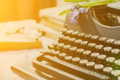 Weinleseschreibmaschine, alte Bücher auf Tabelle Stockbild