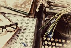 Weinleseschreibmaschine, alte Bücher auf Tabelle Lizenzfreie Stockfotos